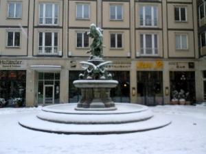 Auch der Gänsedieb-Brunnen ist seit heute weiß.