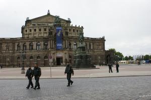 Keine Touristen: Der Theaterplatz ist leer.