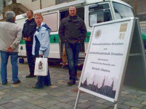 Auf dem Neumarkt, vor der Frauenkirche, informiert die Polizei Anwohner, Gewerbetreibende und Gäste über den bevorstehenden Besuch.