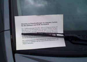 Infozettel zum Abschleppen stecken an allen Fahrzeugen in der Sicherheitszone