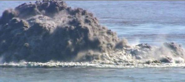 """Ein Foto aus """"guten"""" Tagen - der Vulkan arbeitete sich systematisch an die Meeresoberfläche."""