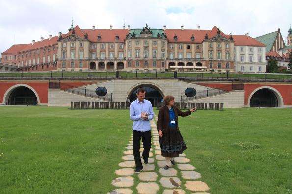 Im Schlosspark mit Blick auf die brocke Fassade.